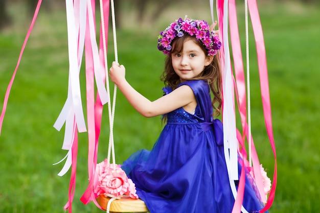 Petite fille sur la balançoire, petite fille au parc