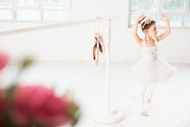 Petite fille ballerine dans un tutu