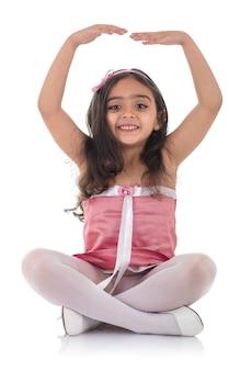 Petite fille de ballet dans une robe rose