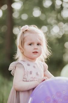 Petite fille avec un ballon dans le parc