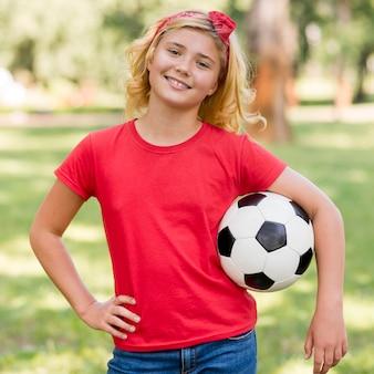 Petite fille avec ballon de football