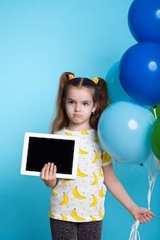 Petite fille, à, ballons, et, tablette