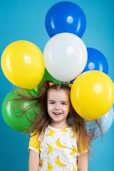 Petite fille avec des ballons