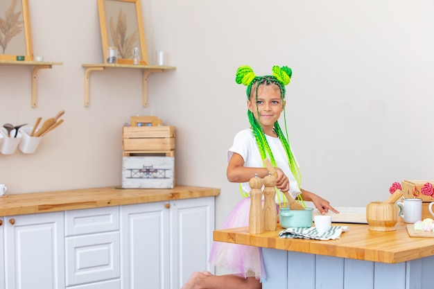 Petite fille belle enfant dans la cuisine à la maison heureuse et drôle