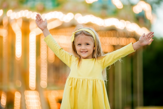 Petite fille blonde au parc d'attractions
