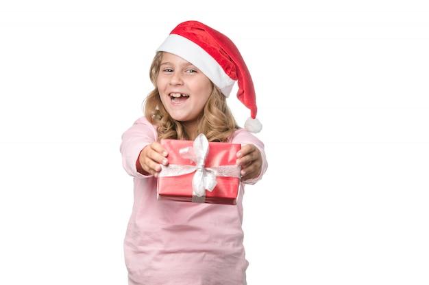 Petite fille blonde avec un cadeau sur fond blanc