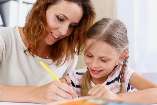 Petite Fille Blonde Tenir Dans Le Bras Dessin Au Crayon Quelque Chose Photo Premium