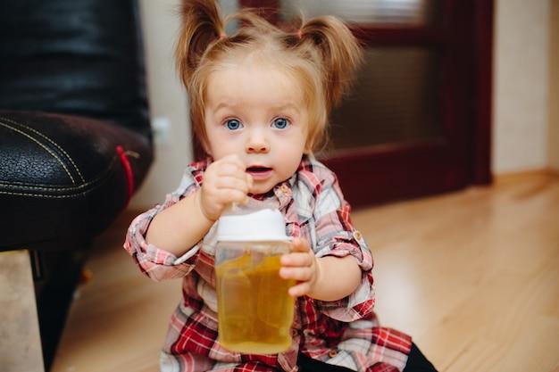 Petite fille avec une bouteille