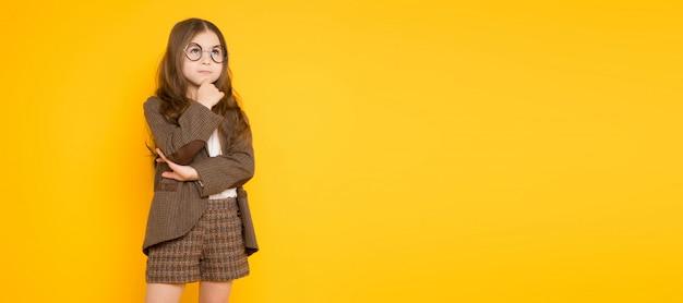 Petite fille brune en costume