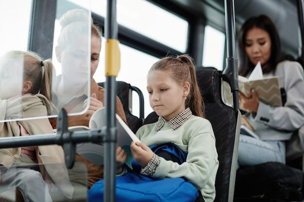 Petite fille en bus