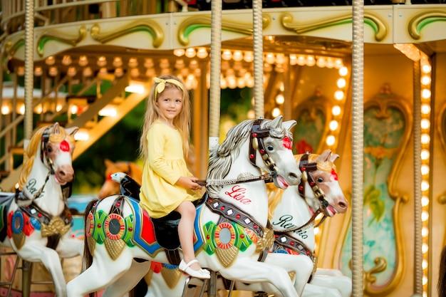 Petite fille sur le carrousel