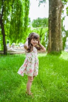Petite fille avec un casque