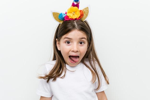 Petite fille caucasienne avec costume et accessoires s'amuser