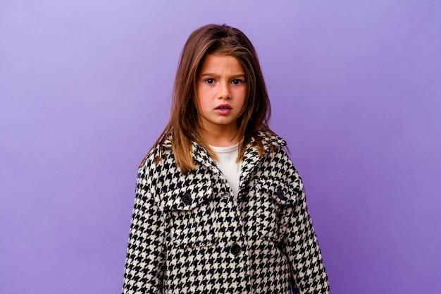 Petite fille caucasienne isolée sur violet petite fille caucasienne isolée sur violet hurlant très en colère et agressif.