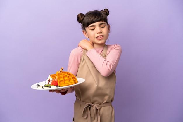Petite fille caucasienne tenant des gaufres isolées