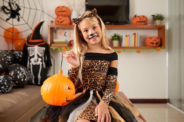 Petite fille célébrant halloween