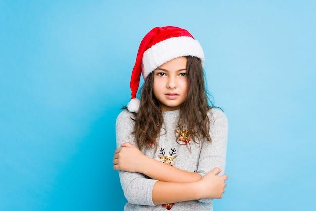 Petite fille célébrant le jour de noël qui va froid en raison d'une basse température ou d'une maladie.