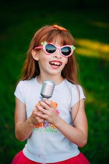 Petite fille chantant un karaoké
