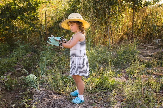 Petite fille, chapeau, debout, champ