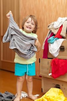 La petite fille choisit la robe