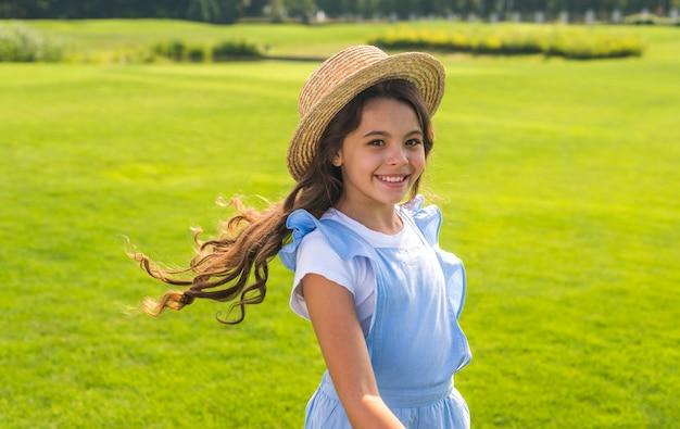Petite fille coiffée d'un chapeau