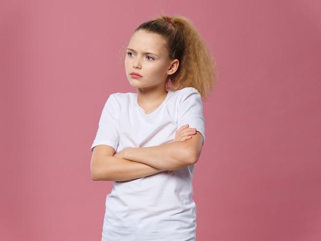Petite fille en colère avec les bras croisés