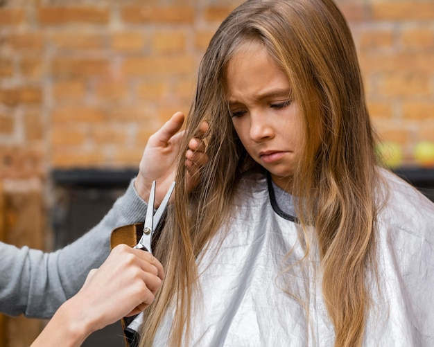 Petite fille en colère de se couper les cheveux