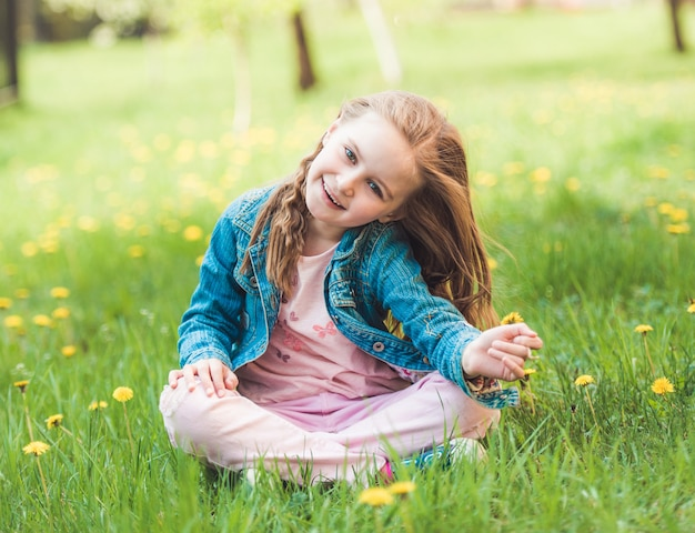 Petite fille, collecte, fleurs