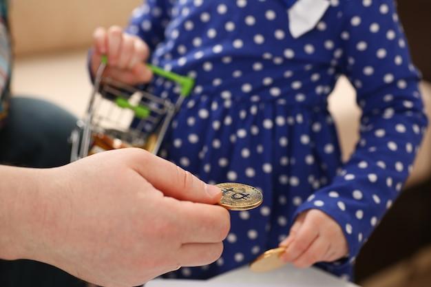 Petite fille collecte des pièces crypto
