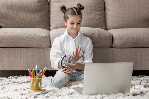 Petite fille commençant un cours en ligne