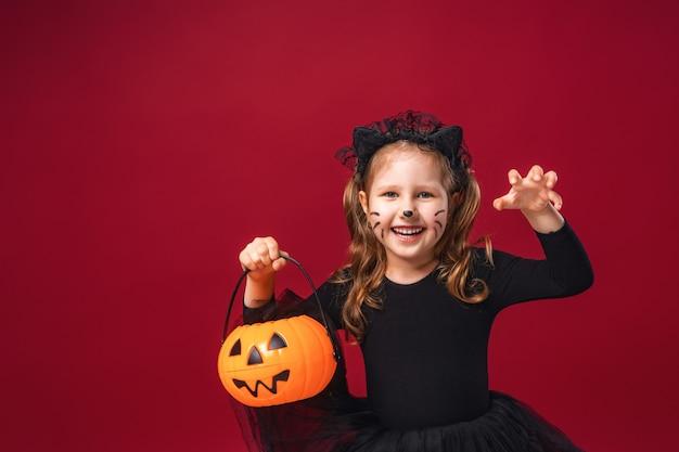 Petite fille en costume de chat avec une moustache et des oreilles