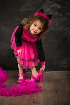 Petite fille en costume de chat