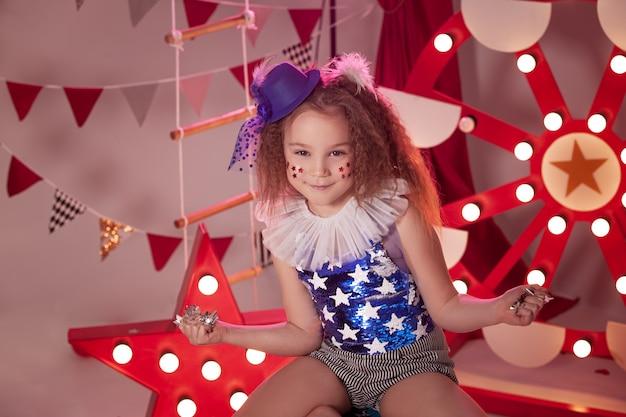 Petite fille avec costume de cirque au stade du cirque