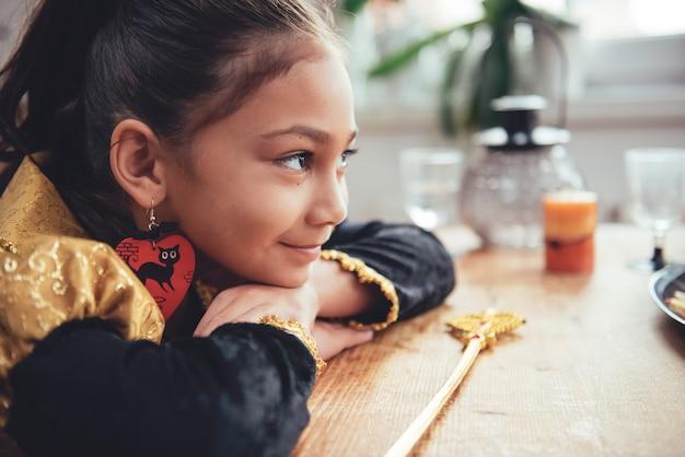 Petite fille en costume contemplant