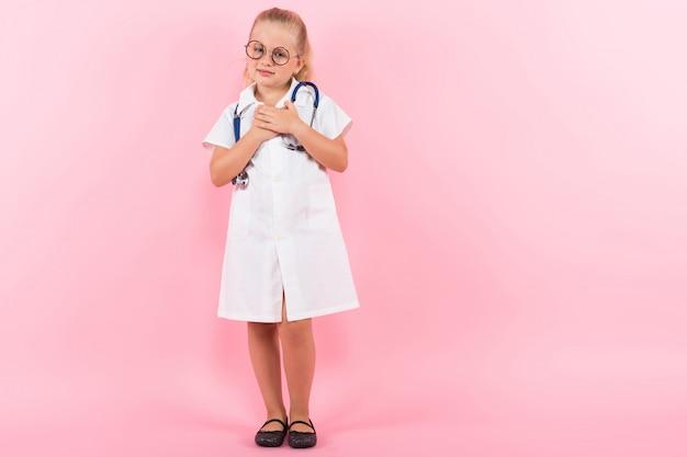 Petite fille en costume de docteur avec stéthoscope