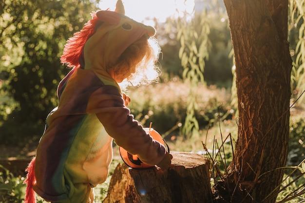 Petite fille en costume d'halloween licorne arc-en-ciel fabuleux espace magique merveilleux de forêt pour le texte