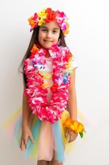 Petite fille en costume hawaïen isolé sur fond blanc