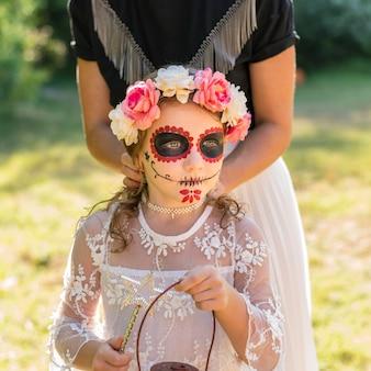 Petite fille avec costume pour halloween