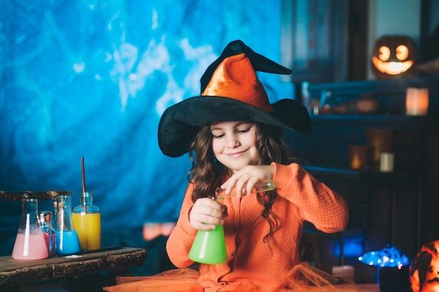 Petite fille en costume de sorcière