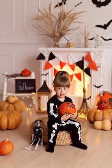 Petite fille en costume de squelette d'halloween