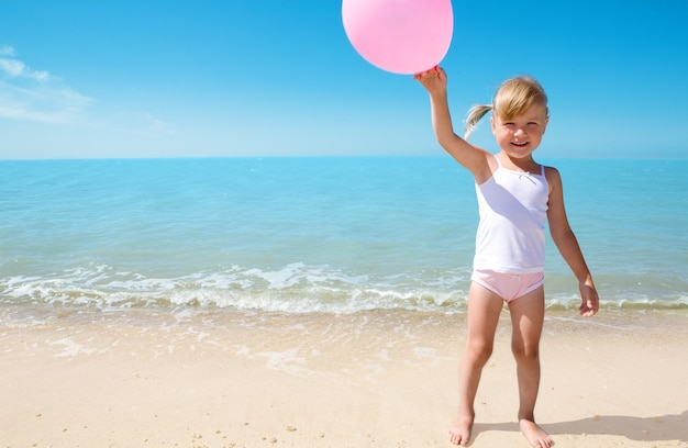 Petite fille sur la côte de la mer