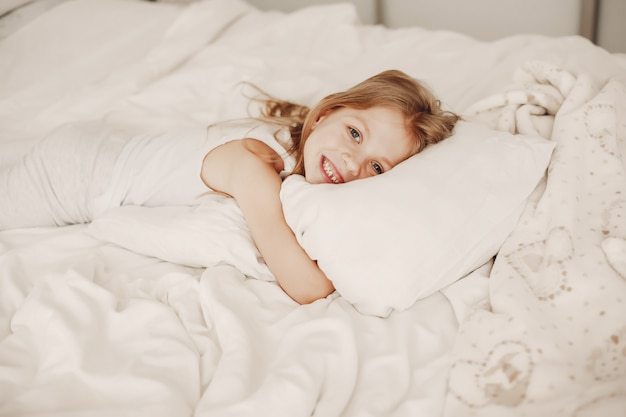 Petite fille couchée dans une mauvaise