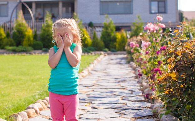 Petite fille couvrant son visage, ne veut pas être photographié