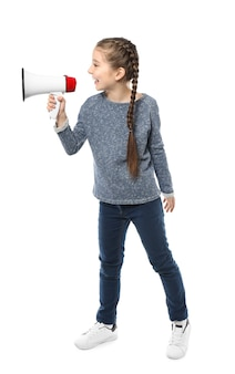 Petite fille criant dans un mégaphone sur blanc