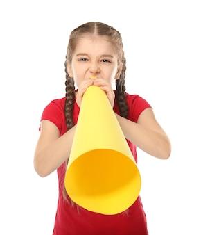 Petite fille criant dans un mégaphone en papier sur blanc