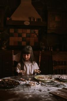 Petite fille cuisine dans une cuisine