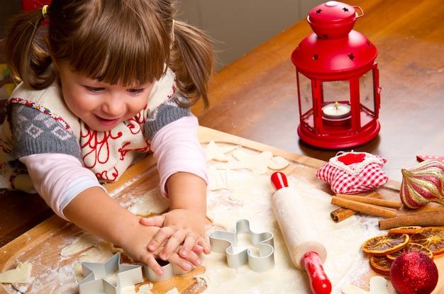 Petite fille, cuisson, biscuits noël, couper, pâtisserie, à, a, cooki