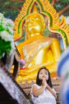 Petite fille culte dans le temple