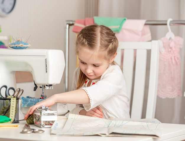 Petite fille dans un atelier de couture