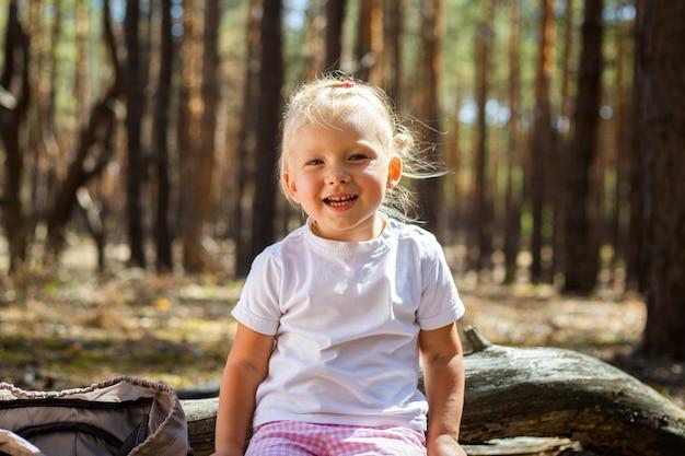 Petite fille dans les bois. marchez avec les parents. marcher avec les parents.